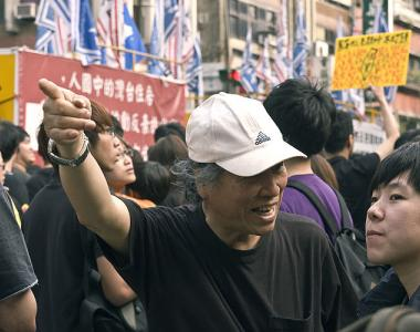Two protest attendees discuss the sheer size of the huge crowds of people congregating in front of the ROC Presidential Palace, on Ketagalan Boulevard (凱達格蘭大道) in Taipei. The total number of protesters is estimated to be in excess of 500,000.